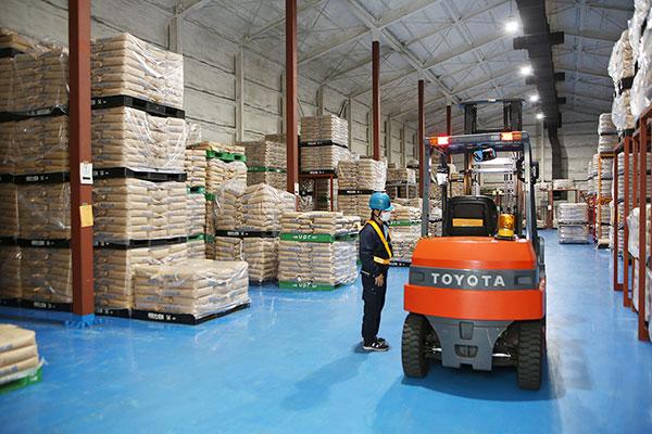 キチナングループの倉庫保管サービスは、全国のさまざまなお客様のニーズに対応可能な施設、設備を保有しています。一般的な営業倉庫はもちろんのこと、アパレル、衣類、化学原料などに最適な定温倉庫、化学製品を中心とした引火性液体(第4類危険物)の保管が可能な危険物倉庫、建材、鋼材、機械などの荷物を扱うためのホイスト、天井クレーン付きの倉庫など広くお客様をサポート可能な施設を保有しています。