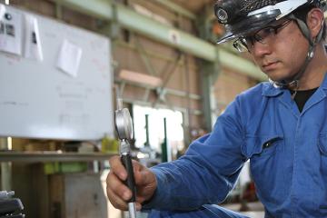 幅広い知識と経験で、製缶加工、配管工事、オーバーホール、据え付け、芯出し調整などトータルで提供する吉南のエンジニアリングサービス